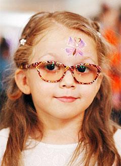 Есения Андрюшина, 7 лет, врожденная аниридия (редкое генетическое заболевание, отсутствие радужной оболочки глаз), требуется видеоувеличитель. 237615 руб.