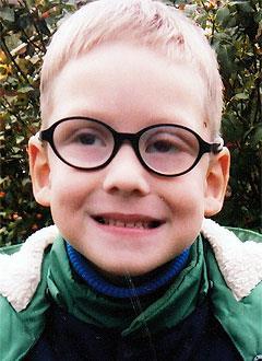 Алеша Петренко, 7 лет, врожденная аниридия (отсутствие радужной оболочки глаз), глаукома, нистагм (непроизвольные колебательные движения глаз), требуются видеоувеличитель и читающая машина. 416640 руб.
