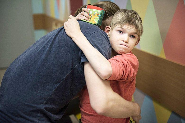 8. Пока Олю все еще носят на руках, но ногу прооперировали – и все очень надеются, что скоро Оля сможет ходить самостоятельно