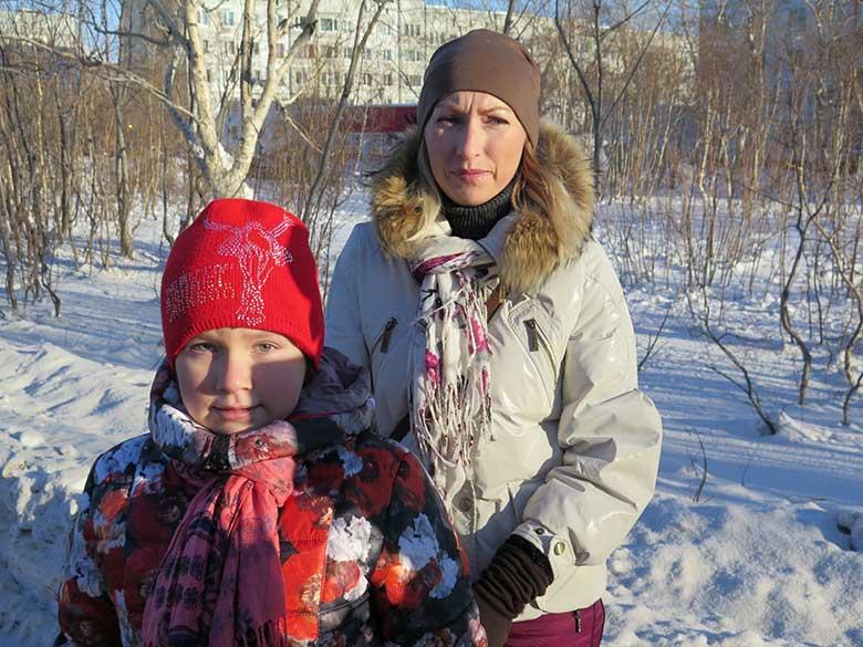 10. Олеся Бабарицкая с дочерью Алисой идут в поликлинику