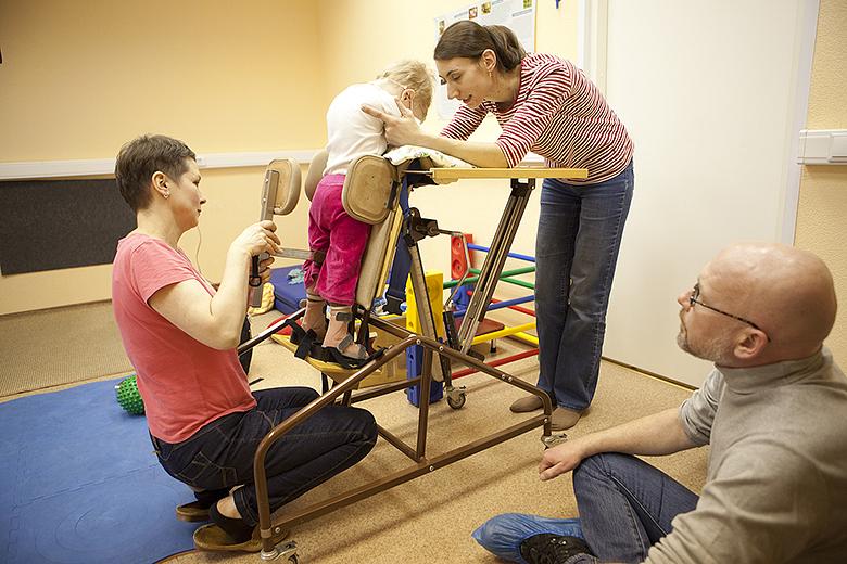 5. Вертикализация помогает не размять мышцы ребенка, а «включить» мозг